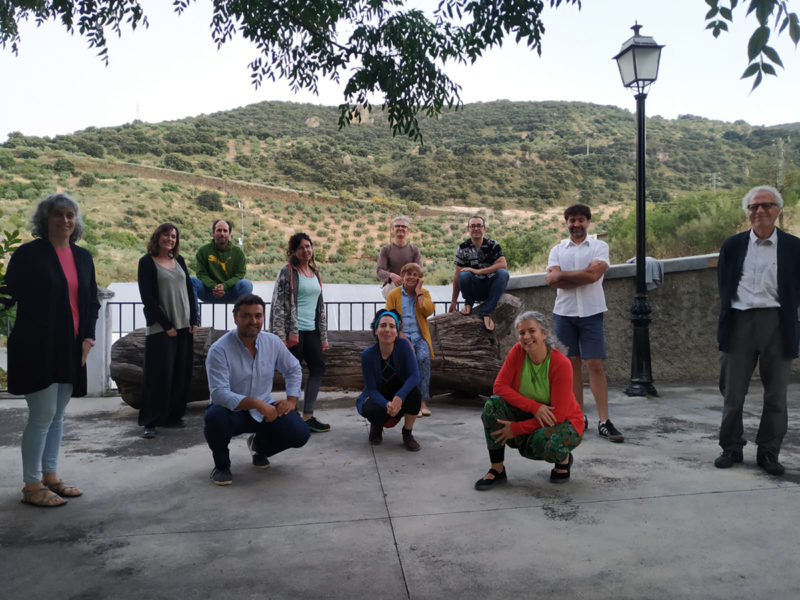 Integrantes de la nueva Junta Directiva de Subbética Ecológica junto con integrantes del equipo saliente después de una reunión para el traspaso de funciones en Almedinilla.