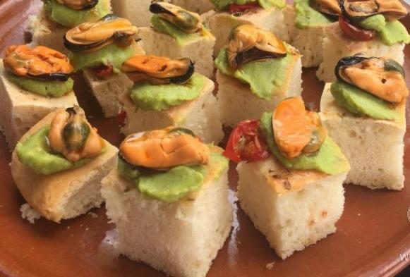 Canapés de Guacamoles y mejillones en conserva