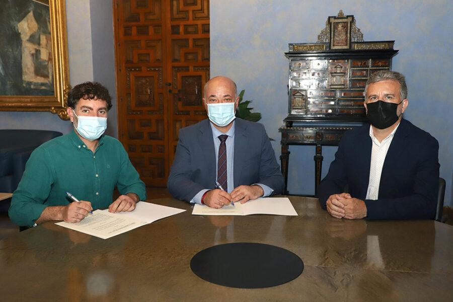 Momento de la firma del Convenio 2021 entre Subbética Ecológica y Diputación de Córdoba.