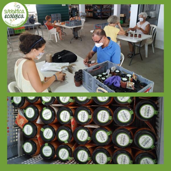Equipo precioso de personas voluntarias etiquetando las conservas del Obrador Ecológico de la Subbética