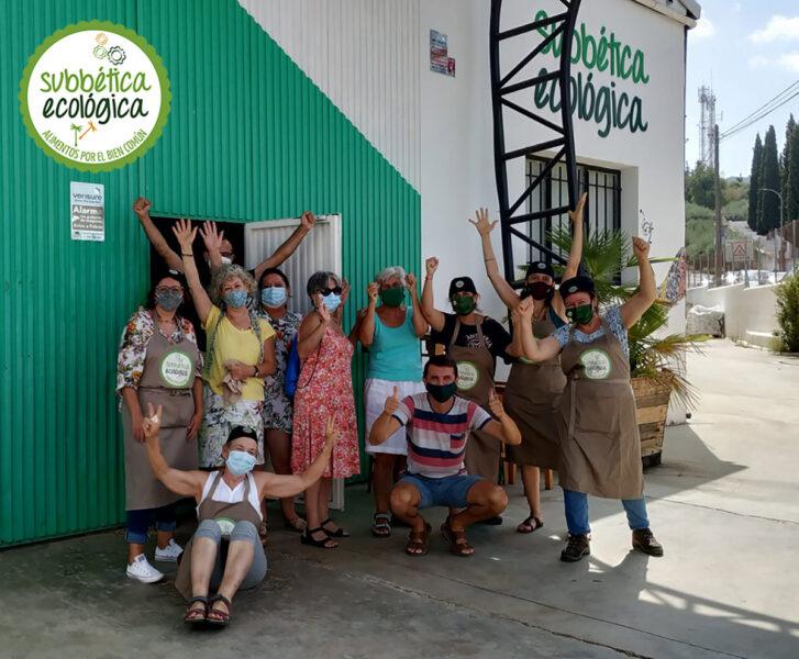 En la puerta del EcoCentro foto de grupo de algunas de las personas voluntarias de la Misión Etiquetado del Obrador Ecológico de la Subbética